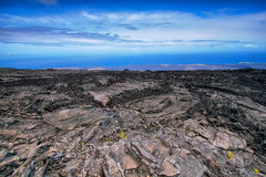 在火山口路链子的使荒凉的风景  免版税库存图片