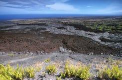 在火山口路链子的使荒凉的风景  库存图片