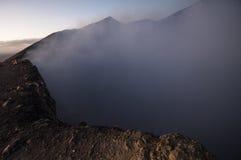 在火山口边缘的黎明 免版税库存照片