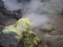 在火山口活跃穆特洛夫斯基火山火山的硫磺喷气孔 俄罗斯,  免版税库存图片