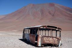 在火山基地的老公共汽车  库存照片