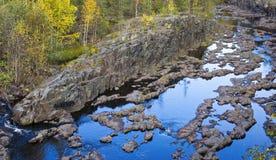 在火山岩峡谷的河床在森林里 免版税库存照片