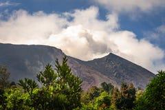 在火山帕卡亚火山,危地马拉的一些Strombolian活动 免版税库存图片