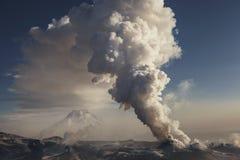 在火山扎尔巴奇克火山的爆发 库存照片