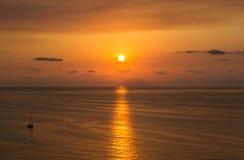 在火山斯特龙博利岛的日落 免版税库存图片