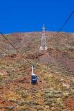 在火山泰德峰的空中览绳汽车在特内里费岛海岛-黄雀色西班牙 免版税库存图片