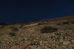 在火山泰德峰的顶头灯光足迹 库存图片