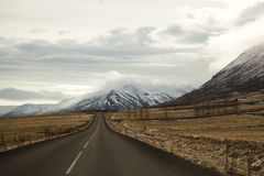 在火山的山风景的路在冰岛 库存图片