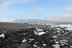 在火山的沙子的残破的冰在冰岛。 库存图片