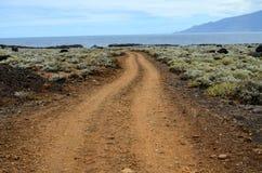 在火山的沙漠的石路 免版税库存照片