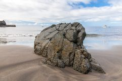 在火山的海滩的大岩石 在云彩海岛山路tenerife之上 免版税库存图片