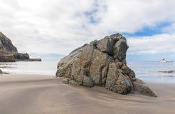 在火山的海滩的大岩石 在云彩海岛山路tenerife之上 库存照片