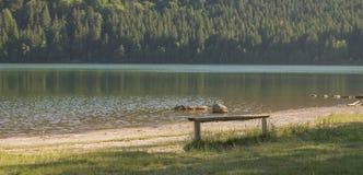 在火山的湖海滩的长凳 库存图片