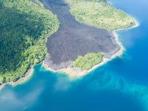 在火山的熔岩流在印度尼西亚 免版税库存图片