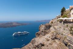 在火山的破火山口的全景从圣托里尼海岛,希腊峭壁  免版税库存照片