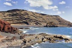 在火山里面的海滩 免版税图库摄影
