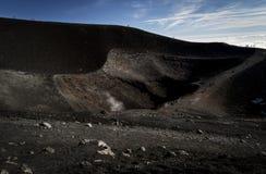 在火山附近Etna火山口的岩石熔岩方式  库存照片