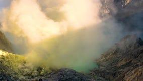 在火山Kawah伊真火山,东爪哇,印度尼西亚的火山口的硫磺 影视素材