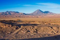 在火山licancabur的美丽的景色在圣佩德罗火山de阿塔卡马,阿塔卡马沙漠,智利附近 免版税库存照片