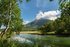 在火山Priemysh的脚的Khodutkinskiye温泉城 南堪察加自然公园 免版税库存图片