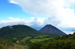 在火山Yzalco,萨尔瓦多附近的风景 免版税库存照片