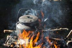 在火投入的水壶 图库摄影