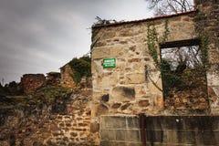 在火毁坏的学校的废墟的遗骸 免版税库存照片