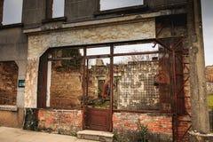在火毁坏的屠杀废墟的遗骸 库存图片