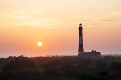在火海岛灯塔的朦胧的日出 免版税库存照片
