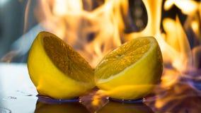 在火火焰的柠檬  免版税图库摄影