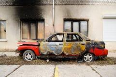 在火灾事故以后的被烧的红色汽车 库存照片