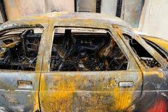 在火灾事故以后的被烧的被破坏的被放弃的汽车 免版税图库摄影