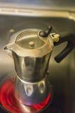 在火炉上面的咖啡罐 库存图片