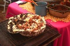 在火炉或anafre被烹调的Tlayuda在墨西哥,可口巨大的玉米粉薄烙饼用豆、瓦哈卡乳酪和生涩的牛肉 图库摄影