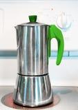 在火炉的意大利咖啡壶 库存图片