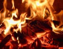 在火炉的明亮的火焰 图库摄影