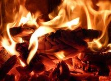 在火炉的明亮的火焰 免版税库存图片