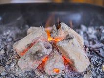 在火炉的木炭炭烬 免版税图库摄影