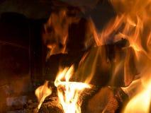在火炉的灼烧的木头 免版税库存照片