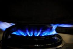 在火炉的煤气喷燃器与黑罐 免版税库存照片