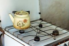 在火炉的老水壶 免版税库存图片