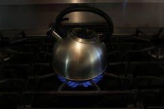 在火炉的茶壶 库存图片