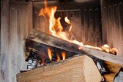 在火炉的轻的木片 图库摄影