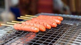 在火烤的香肠在街市上 库存照片