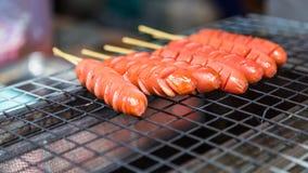 在火烤的香肠在街市上 库存图片