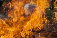 在火焰之间的人 库存图片