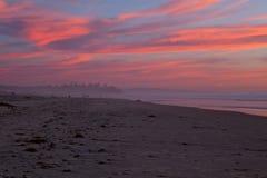 在火焰日落的云彩在圣地亚哥靠岸,加州 库存照片