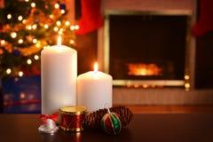 在火焰浅DOF的两个圣诞节蜡烛焦点 免版税图库摄影