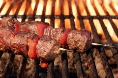 在火焰状格栅特写镜头的烤肉牛肉Kebabs 库存照片