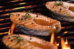 在火焰状格栅的烤三文鱼鱼 库存照片